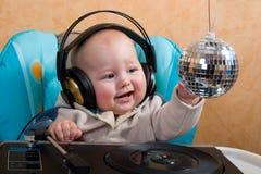 Bambino con la sfera della discoteca immagine stock