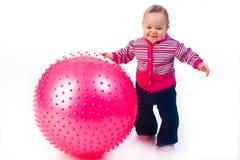 Bambino con la sfera di forma fisica Fotografia Stock