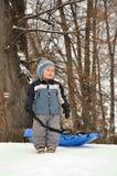 Bambino con la slitta Fotografia Stock Libera da Diritti