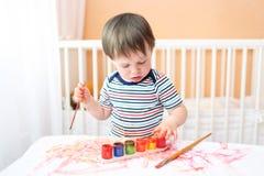 Bambino con la spazzola e le pitture Fotografia Stock Libera da Diritti