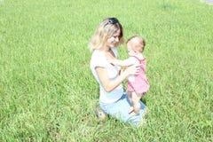 Bambino con la sua madre Fotografie Stock