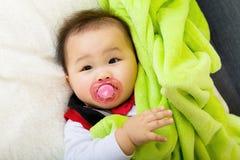 Bambino con la tettarella fotografia stock