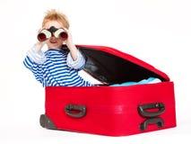 Bambino con la vela del binocolo in valigia Fotografie Stock Libere da Diritti