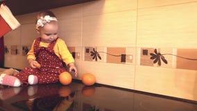 Bambino con le arance ed i mandarini stock footage