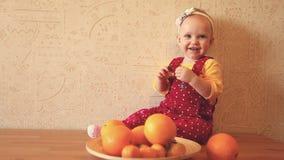 Bambino con le arance ed i mandarini video d archivio