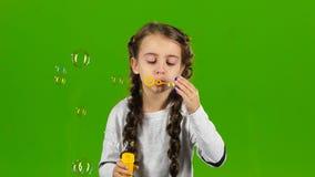 Bambino con le bolle di sapone Schermo verde video d archivio