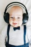 Bambino con le cuffie Immagine Stock