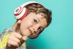 Bambino con le cuffie di musica immagine stock