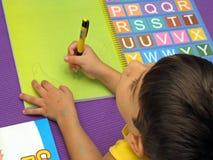 Bambino con le lettere colorate fotografia stock