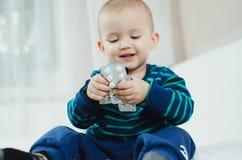 Bambino con le pillole Fotografie Stock Libere da Diritti