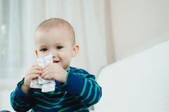 Bambino con le pillole Immagini Stock Libere da Diritti