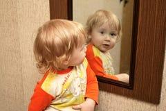 Bambino con lo specchio Immagine Stock