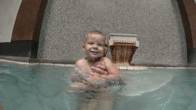Bambino con nuoto del papà nello stagno Padre e figlio video d archivio