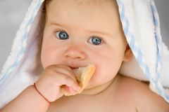 Bambino con pane immagini stock