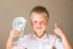 Bambino con soldi (dollari) Immagini Stock