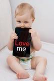 Bambino con tablet_txt_Easy Immagine Stock