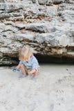 Bambino con Toy Motorcycle Playing con la sabbia della spiaggia Immagini Stock Libere da Diritti