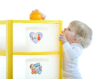 Bambino con un arancio Immagine Stock