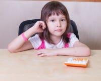 Bambino con un calcolatore Fotografia Stock