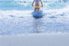 Bambino con un cerchio nell'acqua Fotografie Stock Libere da Diritti