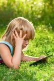 Bambino con un computer della compressa all'aperto immagine stock libera da diritti