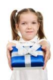 Bambino con un contenitore di regalo fotografia stock