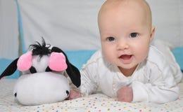 Bambino con un giocattolo immagini stock libere da diritti