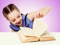 Bambino con un libro Immagini Stock Libere da Diritti