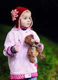 Bambino con un piccolo orsacchiotto Fotografia Stock Libera da Diritti