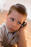 Bambino con un telefono mobile Immagini Stock Libere da Diritti