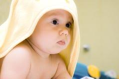 Bambino con un tovagliolo fotografie stock libere da diritti