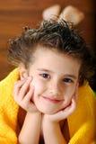 Bambino con un tovagliolo Fotografia Stock Libera da Diritti