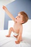 Bambino con un uscire di anni del letto Immagini Stock Libere da Diritti