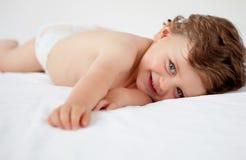 Bambino con un uscire di anni del letto Fotografia Stock