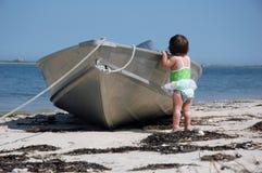 Bambino con una barca fotografia stock libera da diritti