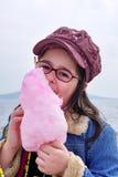 Bambino con una caramella Fotografie Stock Libere da Diritti