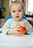 Bambino con una mela a casa; verticale Immagini Stock Libere da Diritti