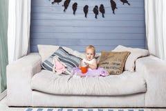Bambino con una tazza Fotografia Stock Libera da Diritti