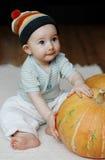 Bambino con una zucca Immagine Stock