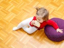 Bambino consumo Pane Pavimento testa immagini stock