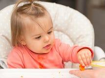 Bambino consumo Ragazza Ritratto cute fotografia stock libera da diritti
