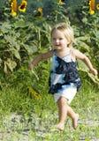 bambino corrente felice del campo immagine stock libera da diritti