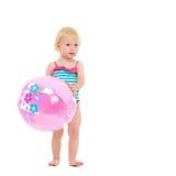 Bambino in costume da bagno con la sfera di spiaggia gonfiabile Immagine Stock