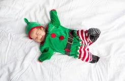 Bambino in costume dell'elfo per la festa di natale su bianco Immagini Stock