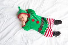 Bambino in costume dell'elfo per la festa di natale su bianco Immagine Stock
