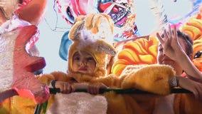 Bambino in costume giallo sul galleggiante dell'Italia Fotografia Stock
