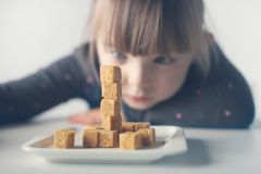 Bambino, cubi dello zucchero Problema di eccessivo consumo di zucchero dai bambini sotto l'età di 10 anni immagine stock libera da diritti