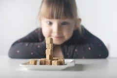 Bambino, cubi dello zucchero Problema di eccessivo consumo di zucchero dai bambini sotto l'età di 10 anni immagini stock