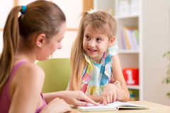 Bambino d'aiuto della donna dell'insegnante o della madre con Fotografie Stock