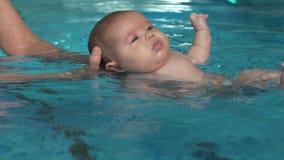 Bambino d'aiuto della madre da nuotare video d archivio